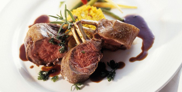 Lammkarree-Stücke mit Safran-Couscous und Gemüse
