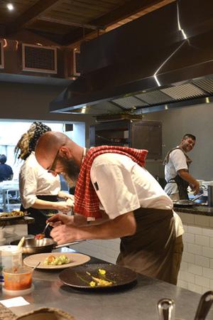 Chris Erasmus und sein Team vom Restaurant Foliage haben sichtlich Spass beim Anrichten