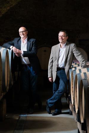 Reichsrat von Buhl Geschäftsführer Richard Grosche (links) und Mathieu Kauffmann (rechts) im Weinkeller