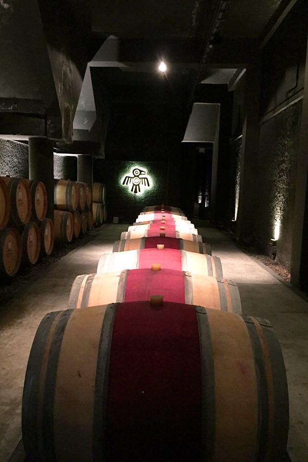 Gelagerte Holzfässer in einem Weinkeller