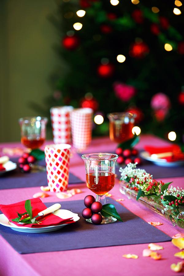Festlich gedeckter Tisch lässt Weihnachtsstimmung aufkommen