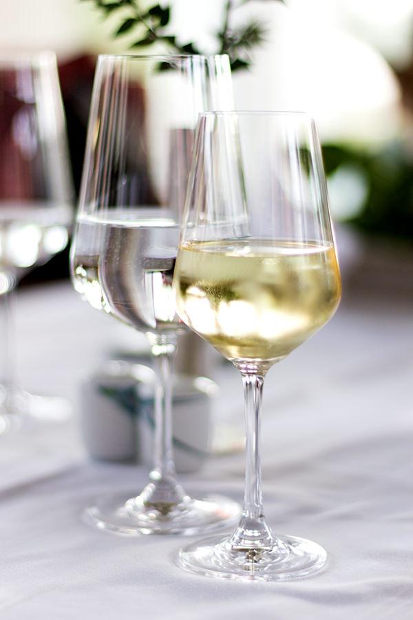 Zu einem Glas Wein, ein Glas Wasser